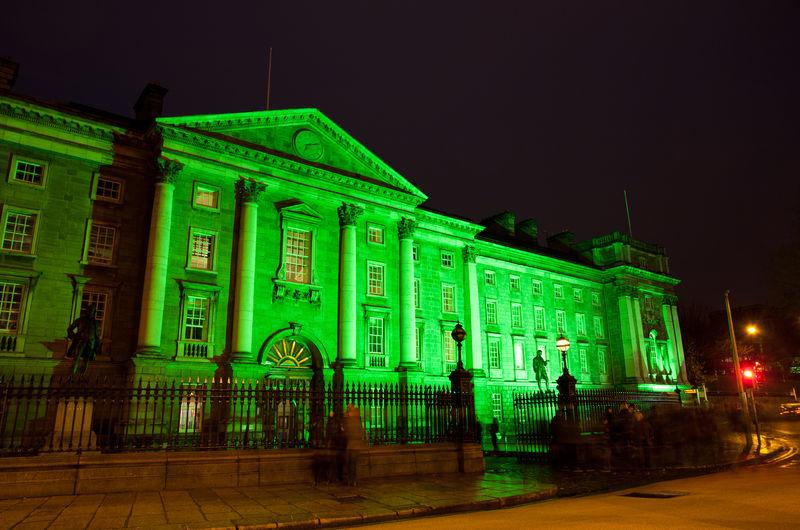 Trinity Collage valmiina St. Patrick'sin päivään copyright Tourism Ireland