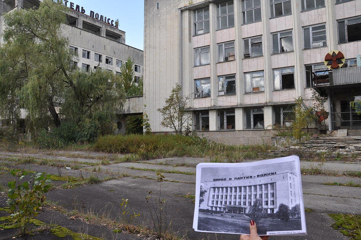 Oppaamme näytti monissa kohdin valokuvia, miltä paikka oli näyttänyt ennen onnettomuutta.