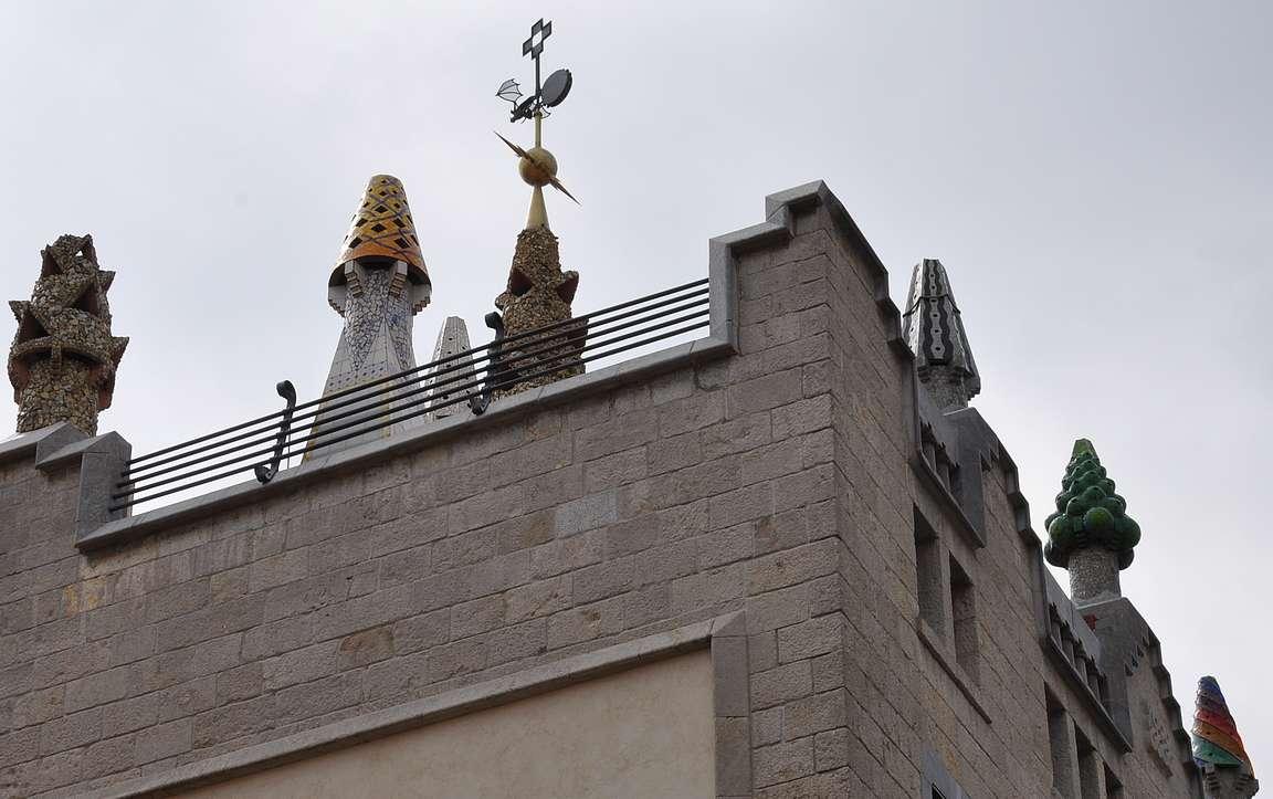 Erikoiset savupiiput on yksi Gaudín tunnusmerkeistä.