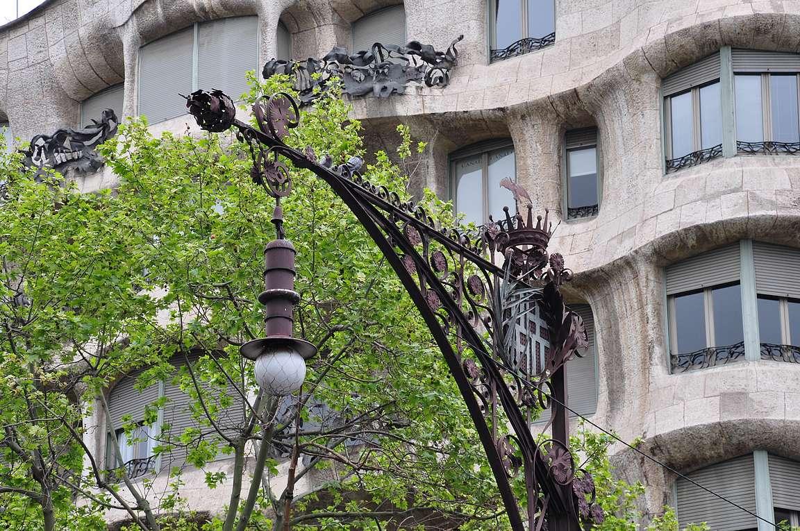 Casa Milán edessä on Barcelonan kaupungin tilaamia Gaudïn suunnittelemia lamppuja.