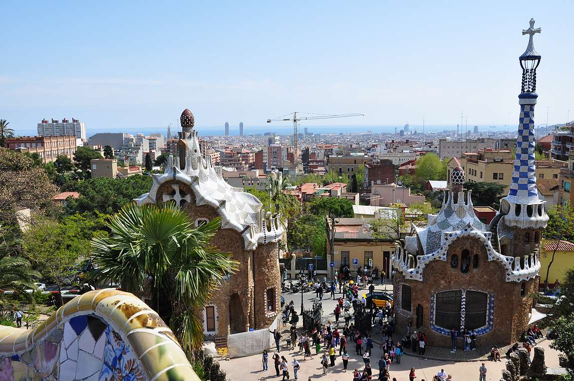 Parc Güell tarjoaa upeat näkymät Barcelonaan. Puiston edessä oleva portti on yksi upeista yksityistkohdista tässä Gaudín yhdessä mestariteoksessa.