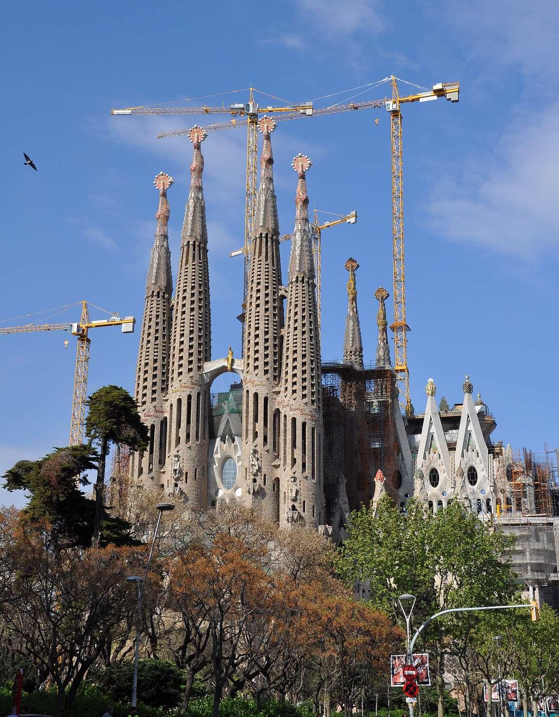 Sagrada Familia - kaupungin tunnusmerkkinä toimivat tornit ja rakennusnosturit.