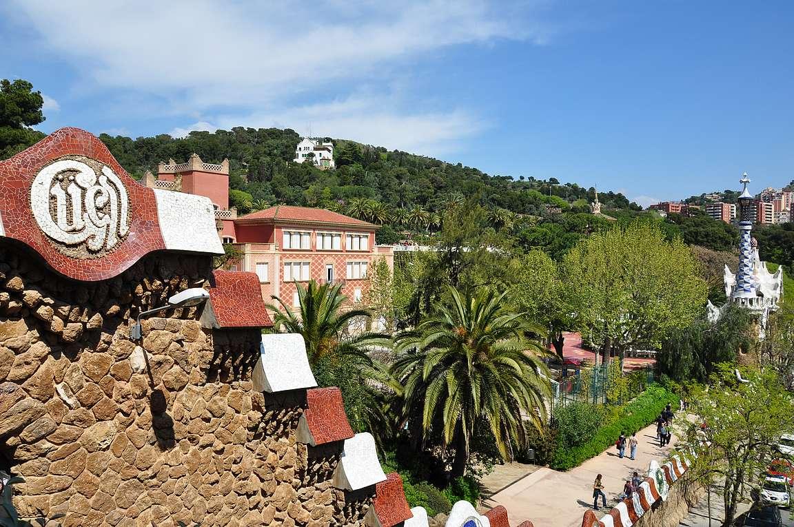 Güellin puiston suunnitelmissa oli alueella alunperin 60 rakennusta, joista on toteutettu vain muutama.