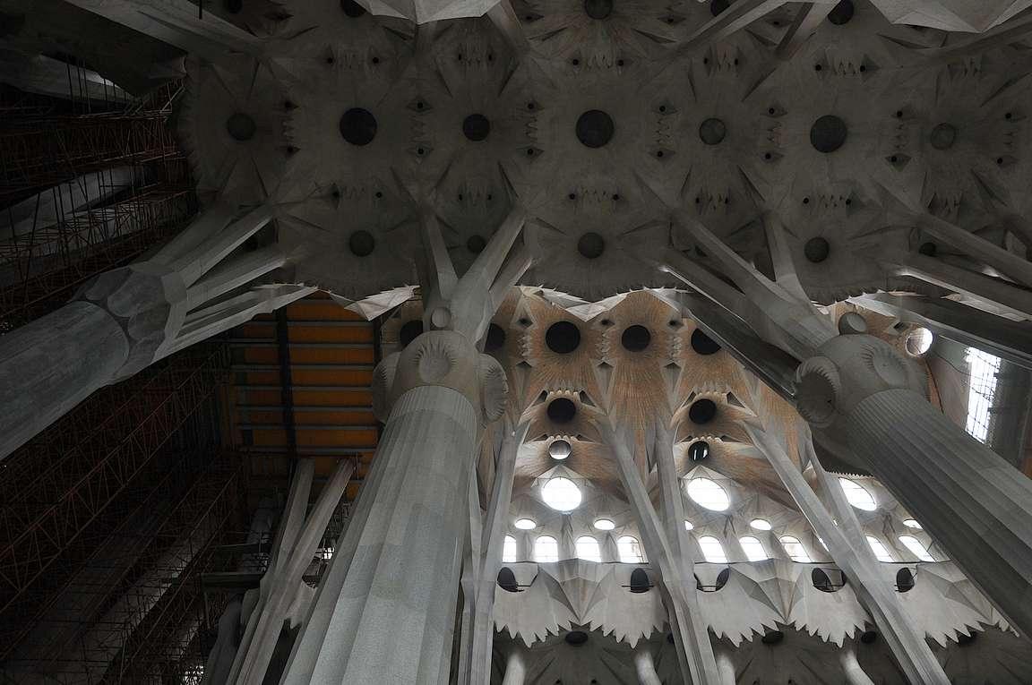 Sisältä Sagrada Familia on paljon pelkistetympi kuin ulkoa.
