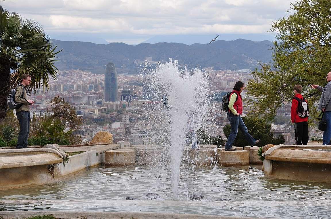 Montjuïcin kukkulalta on kaupungin upeimmat maisemat. Taustalla yksi kaupungin tunnusmerkeistä Torre Agbar.