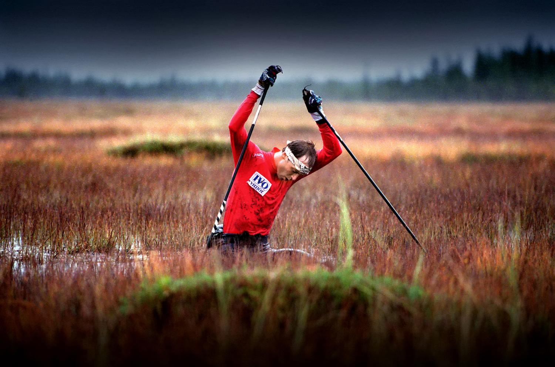 Kuva Hannes Heikura SUOJUOKSU Mika Myllylän voimaharjoittelua suolla Myllylä upposi vyötäisiään myöten suohon
