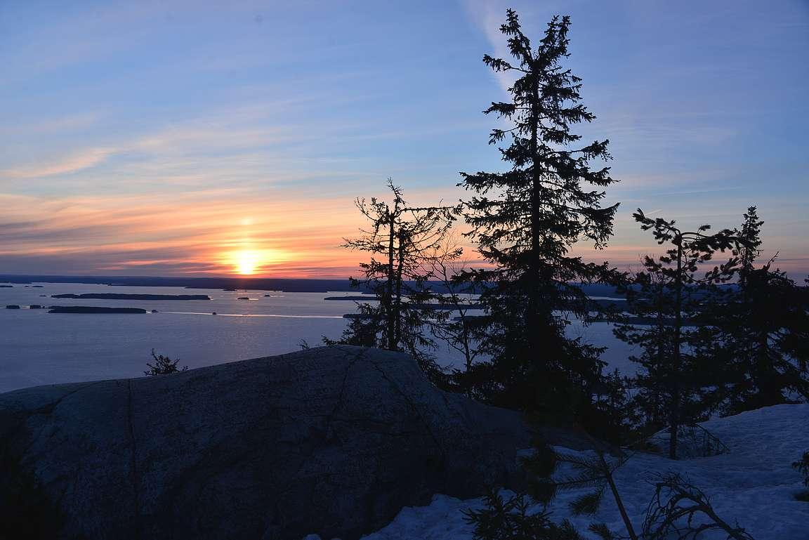 Auringonnousu Ukko-Kolilla huhtikuussa.