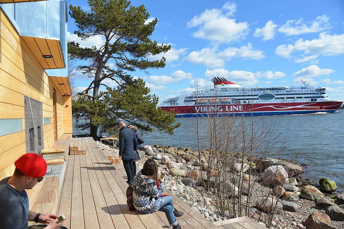Saunan ohi ajavat laivat ovat on yksi ohjelmanumero terassilla istuessa.