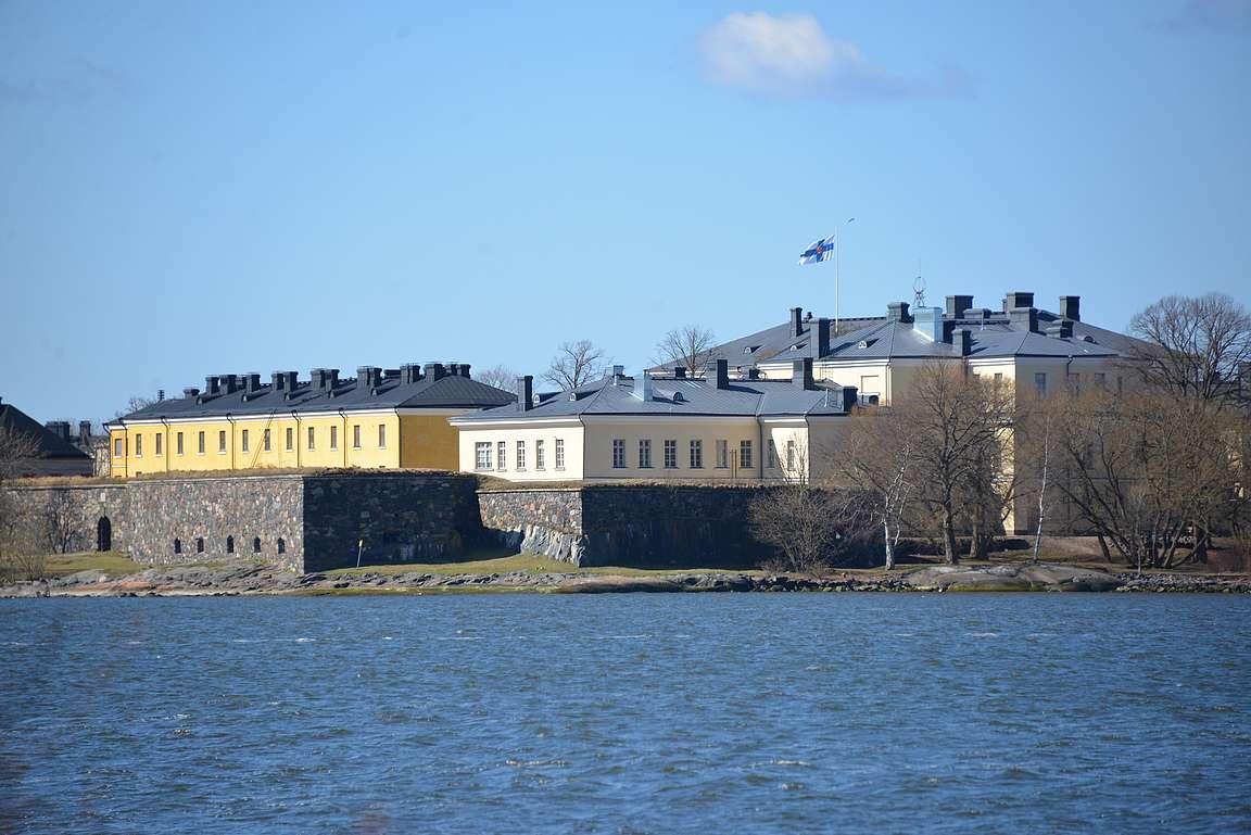 Toisessa suunnassa näkyy puolestaan Suomenlinna.q