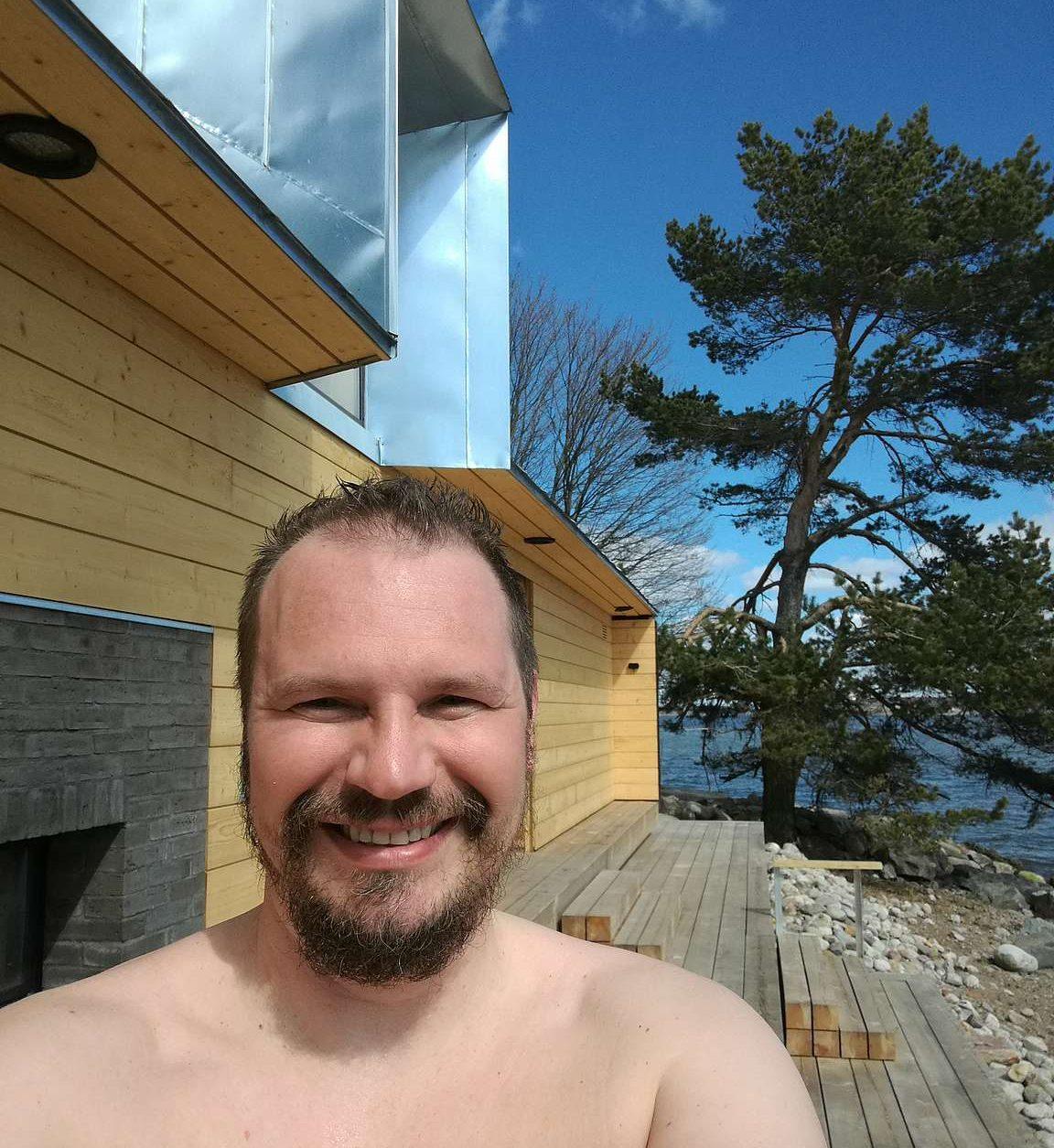 Onnellinen saunoja.