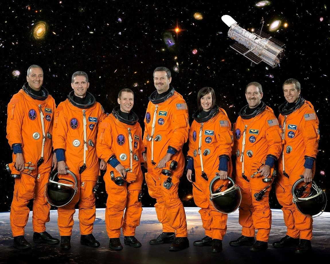 Kansikuvassa olevan Atlantiksen avaruuslento STS-125 miehistö vasemmalta oikealle: Massimino, Good, Johnson, Altman, McArthur, Grunsfeld, and Feustel. copyright NASA - Mikä on sinun täydellinen avaruusmiehistösi?