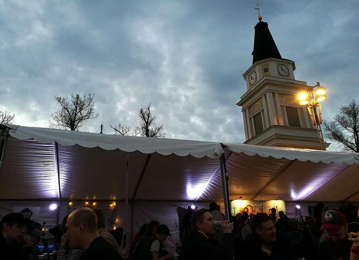 Tampereen Vanha kirkko suojelee oluttapahtuman rauhaa.