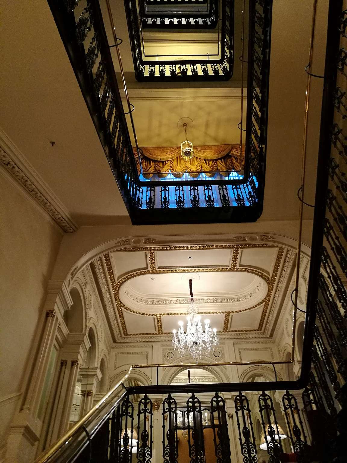 The Shelbourne Hotel ja sen upea portaikko.
