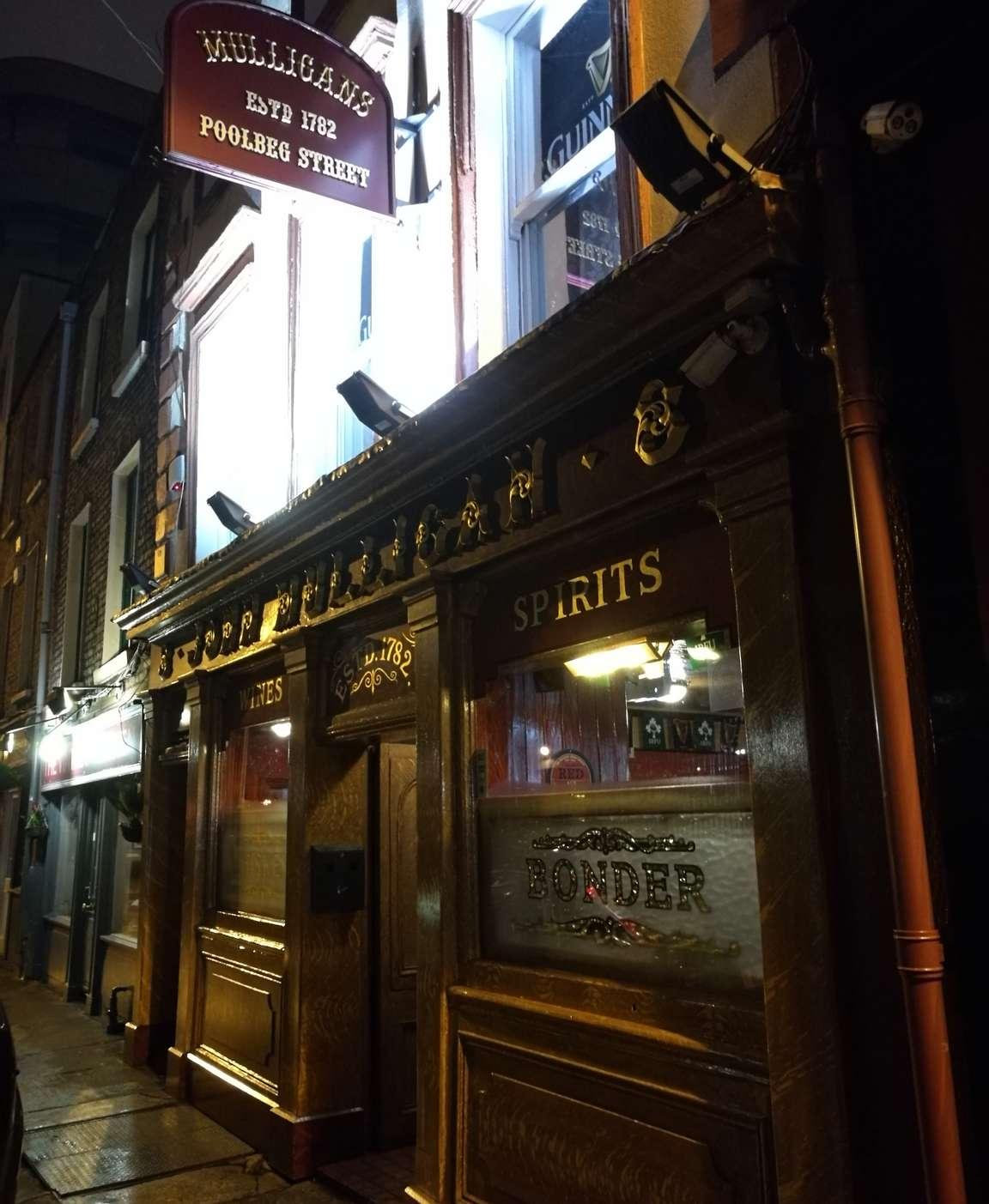 John Mulligan's eli tuttavallisemmin Mulligans Poolbeg Streetillä perinteisessä irlantilaisessa illan tihkusateessa.