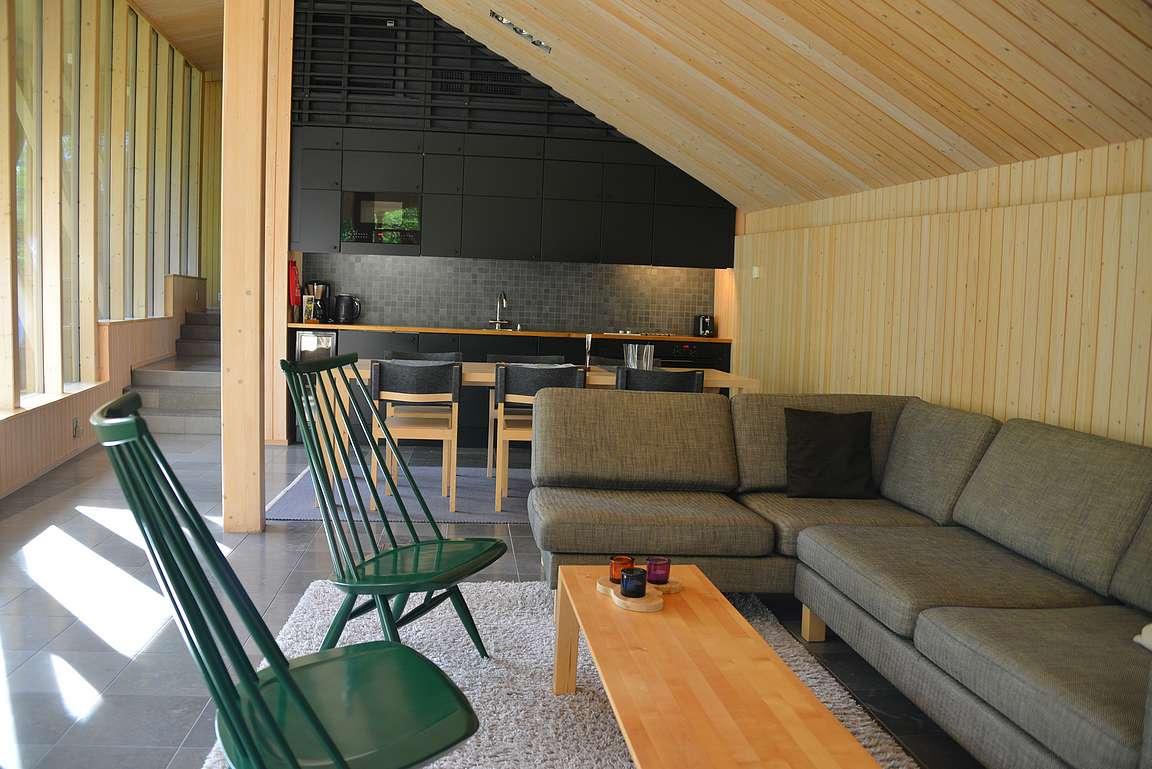 Olohuone ja taustalla keittiö.