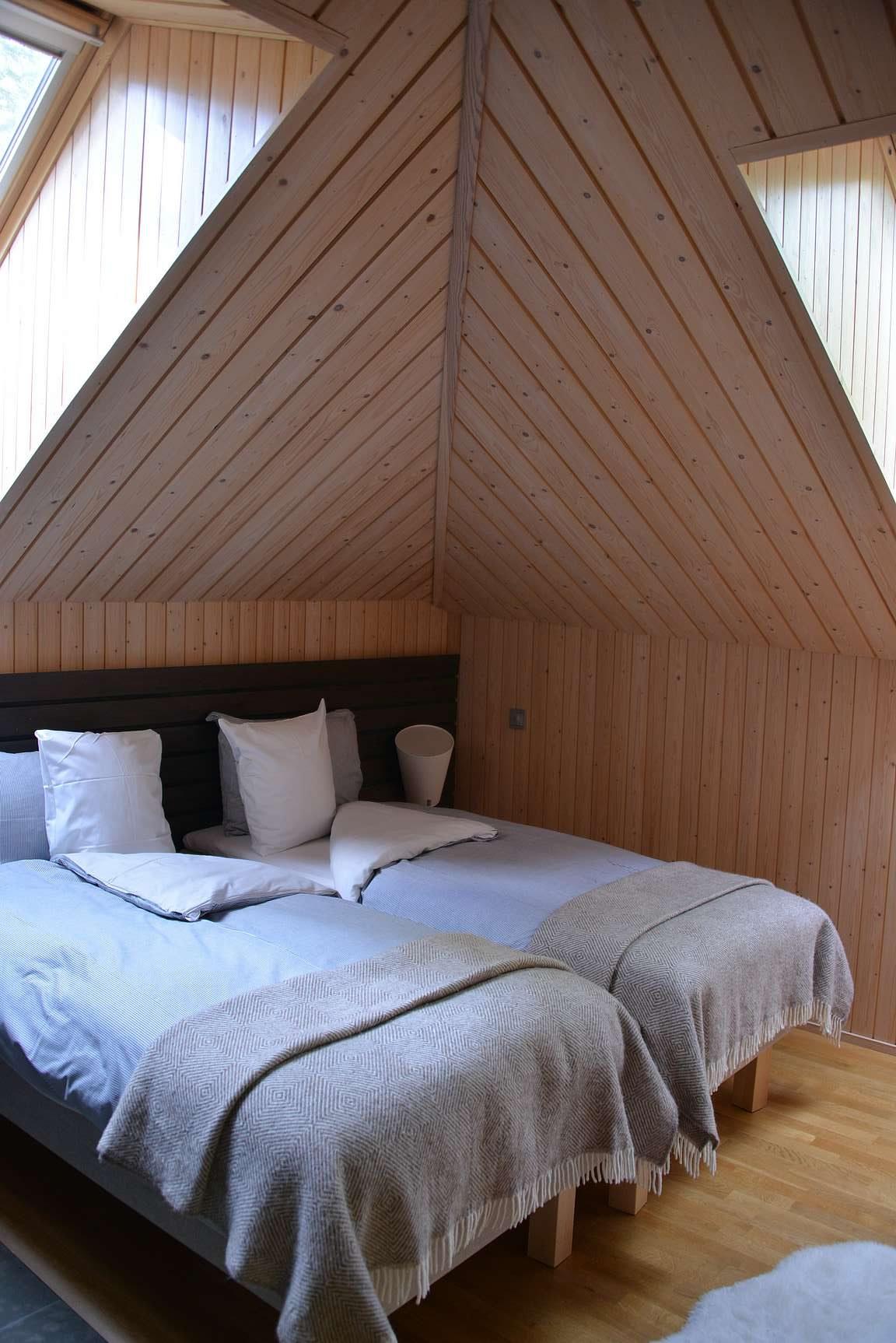 Päämakuuhuone. Kattoikunat toivat makuuhuoneisiin kivasti valoa ja yöksi ne sai helposti pimennettyä.
