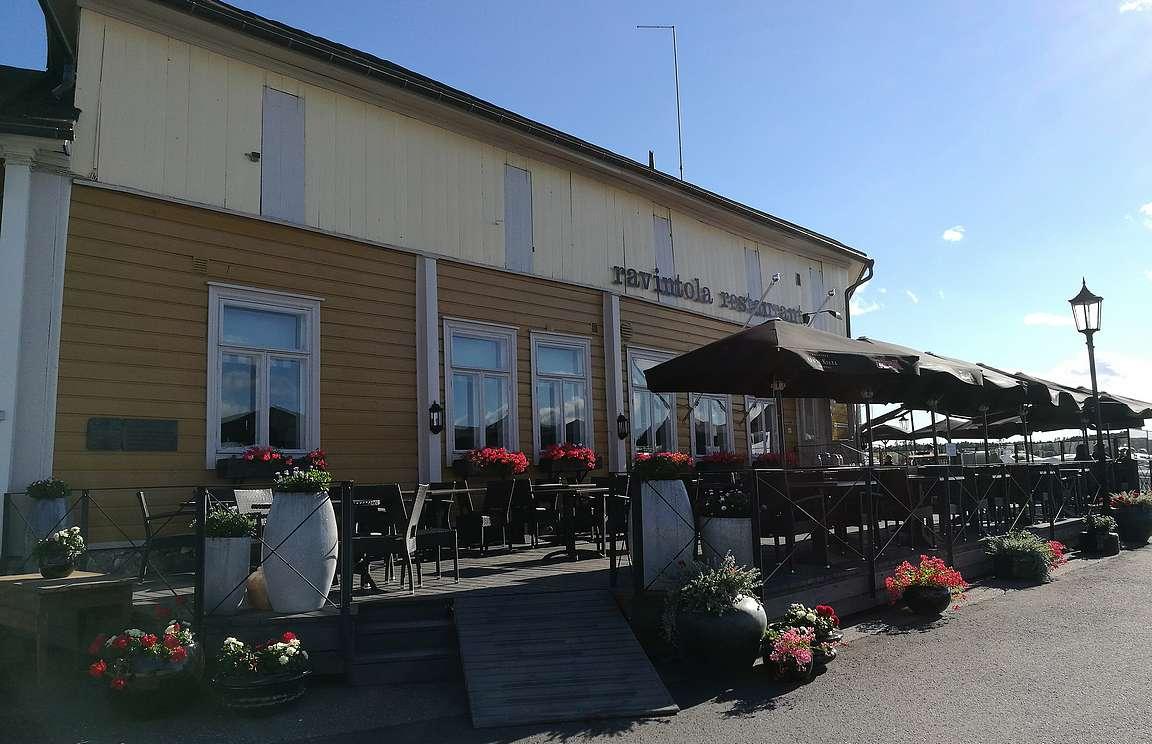 Ravintola Uusi Kilta on sisältä varsin klassisen tyylikäs, mutta aurinkoisella kelillä terassi on suositumpi maisemien vuoksi.