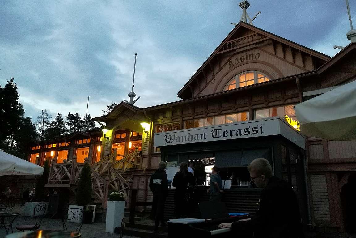 Wanha kasino on upea vanha puurakennus.