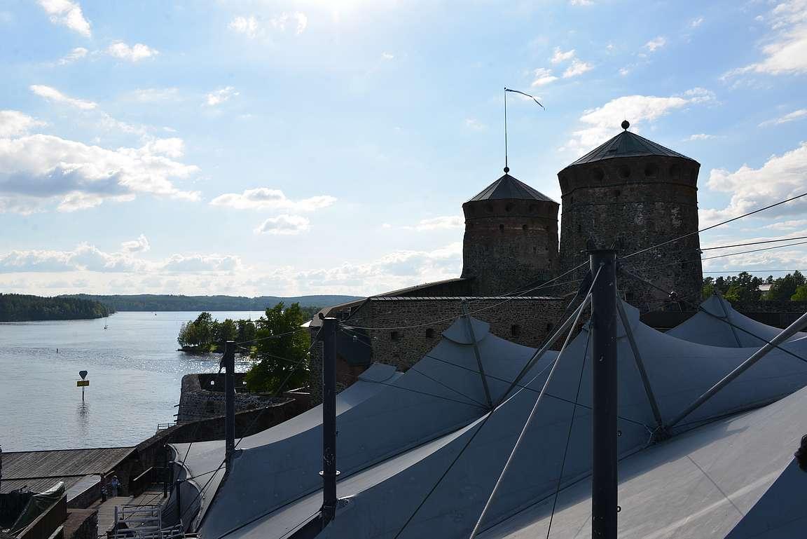 Olavinlinnan kierroksella kuulee linnan historiasta mielenkiintoisia tarinoita.