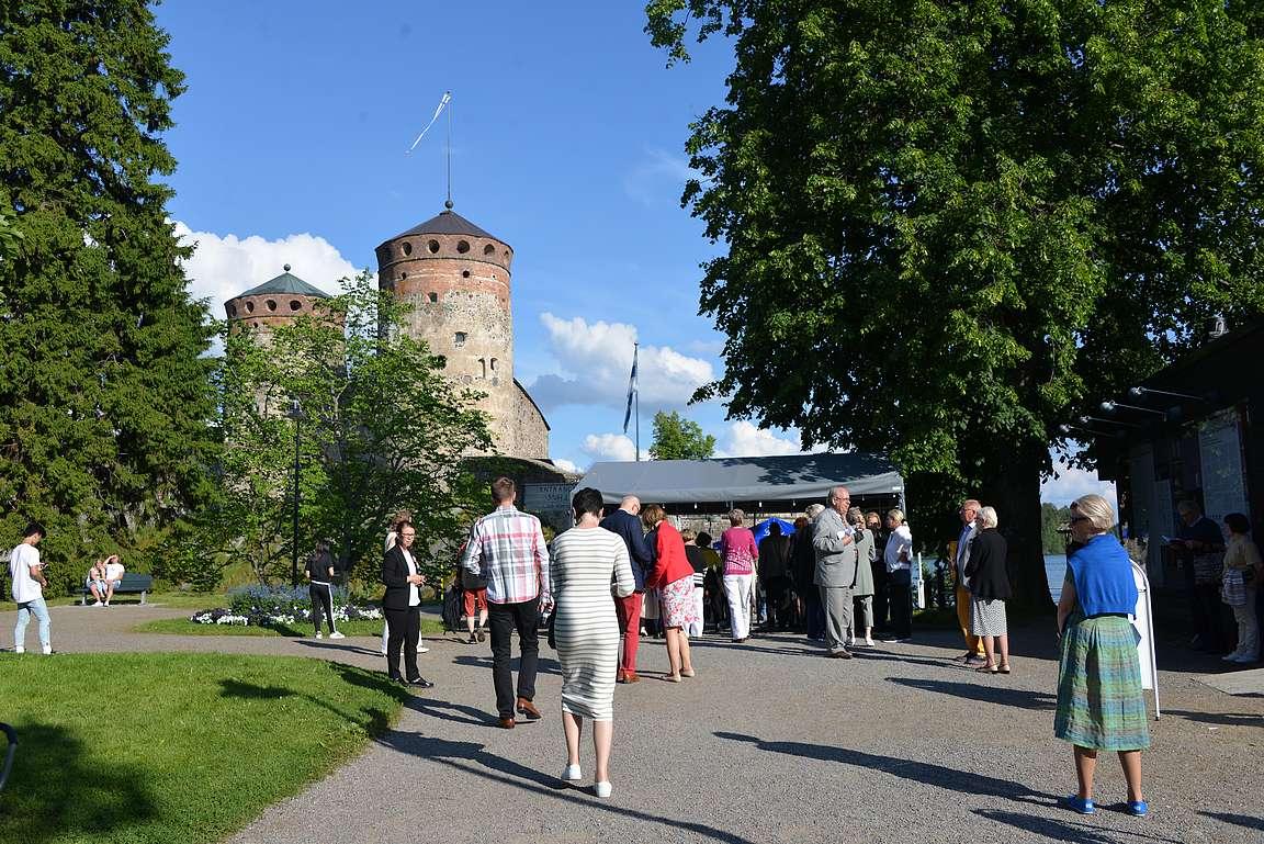 Rantaraitti johdattaa oopperavieraat Olavinlinnaan.