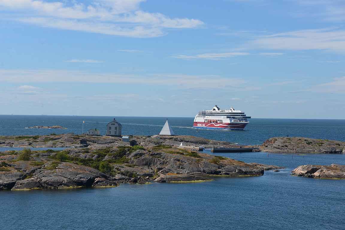 Kobba Klintar on upea näky myös ruotsinlaivan kannelta.