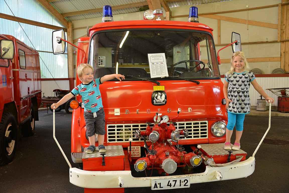 Upeita paloautoja oli nähtävänä eri vuosikymmeniltä.