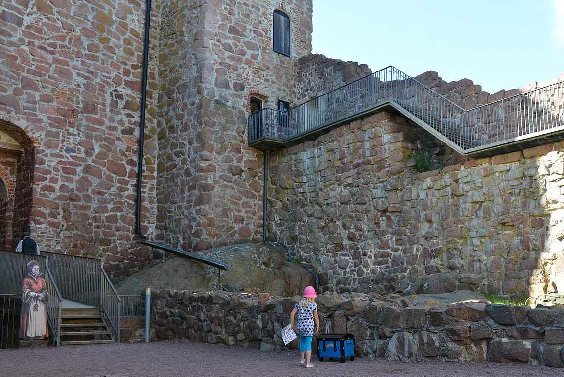 Kastelholman linna ja yksi aarrekartan vihjelaatikoista.