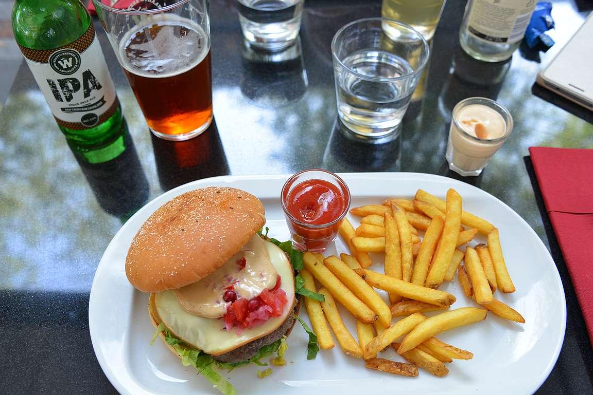 Ravintola Valon maukas burger paikallisen oluen kera.