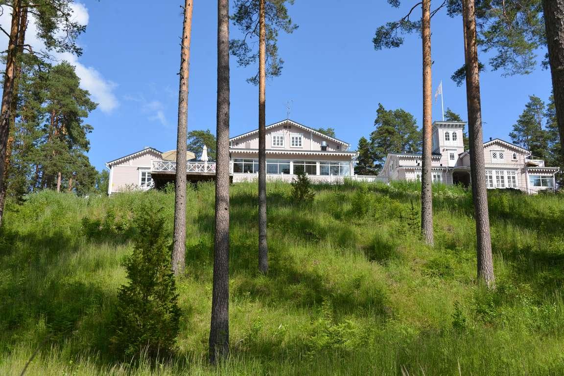 Hotelli Punkaharju sijaitsee upealla paikalla harjun päällä.