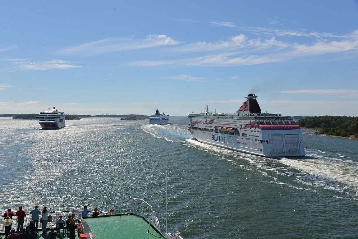 Maarianhaminan satamaan tuleminen ja lähteminen kannattaa katsella laivan kannelta.