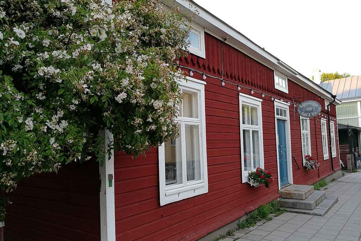 Maarianhaminan vanhimmassa rakennuksessa toimii viehättävä kahvila Bagarstugan.