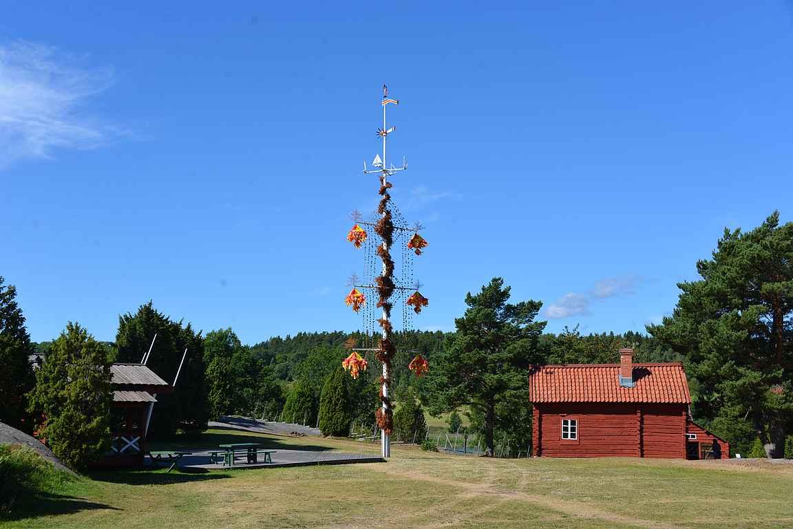 Jan Kärlsgårdenin pihassa on Ahvenanmaan tapaan iso juhannussalko.