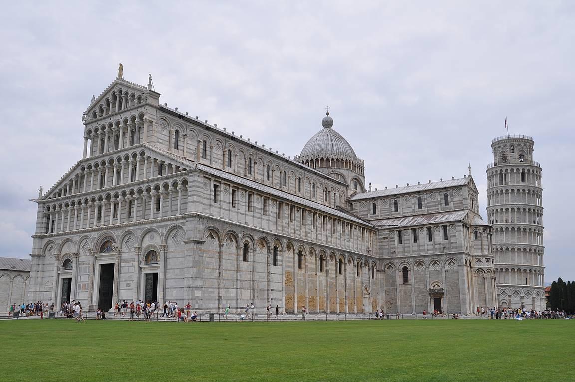 Ihmeiden aukio ja Pisan katedraali.