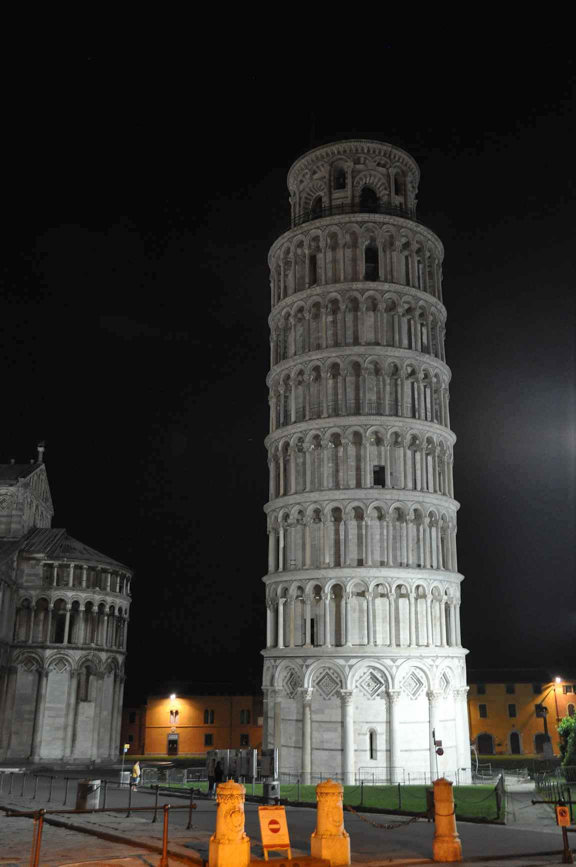 Taitava valokuvaaja saa suoristettua Pisan kaltevan kellotornin kuvaan.