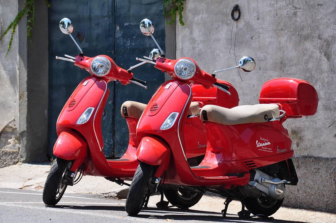 Jos ei ole varaa punaiseen Ferrariin, niin ei punainen Vespakaan huono vaihtoehto ole.