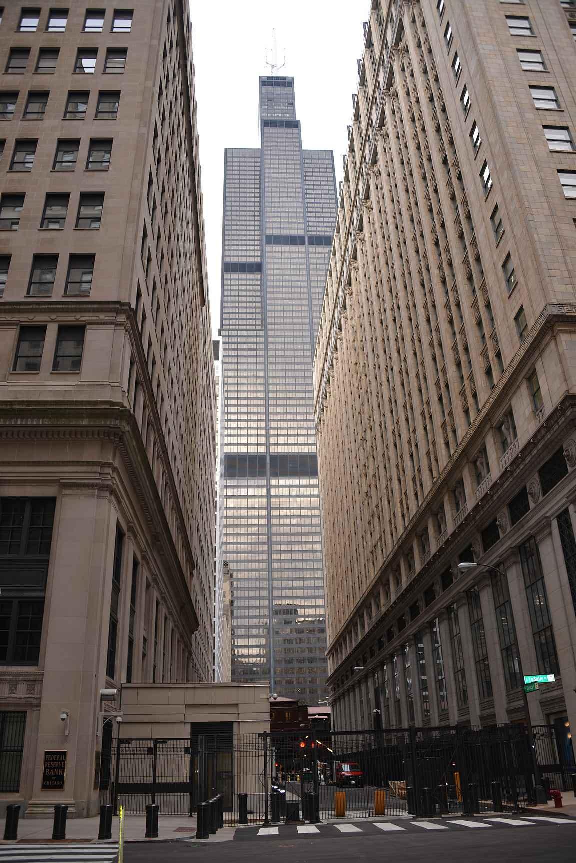 Willis Tower korkeiden rakennusten välissä.