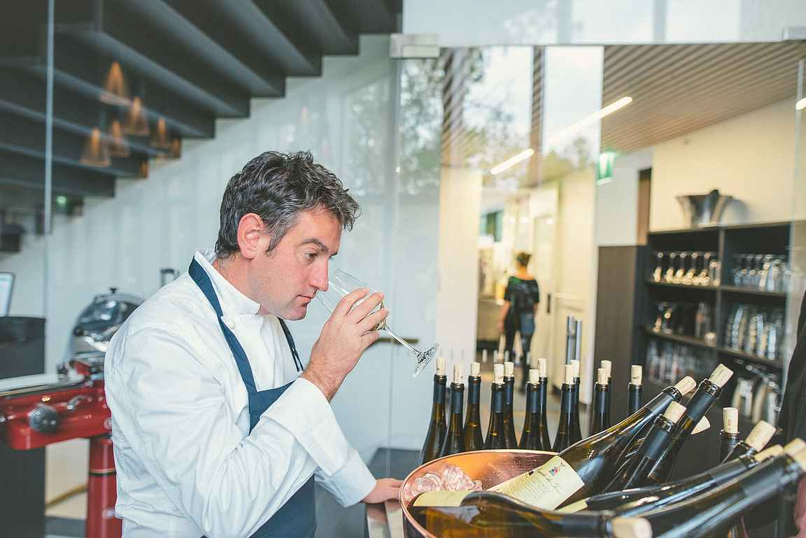 Laadukkaat viinit täydentävät ruokaelämyksen. Tässä Josean Alija tunnustelee oman annoksensa viinivalintaa: Morgadio da Torre Alvarinho Vinho Verde copyright Julius Konttinen
