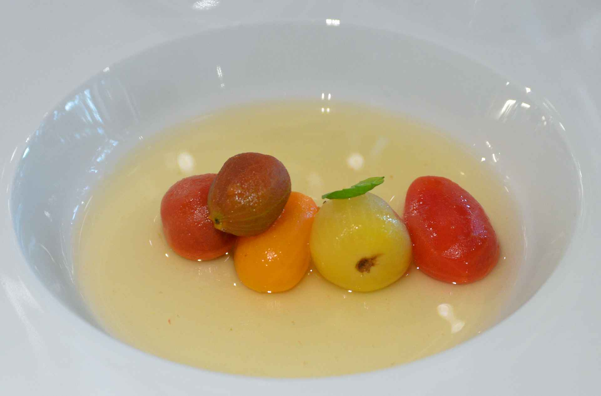 Chef's Menu - aloitusruokana tomaatteja viidellä tavalla a la Josean Alija. Annos oli niin tajunnan räjäyttävä, että rima nousi heti kattoon.