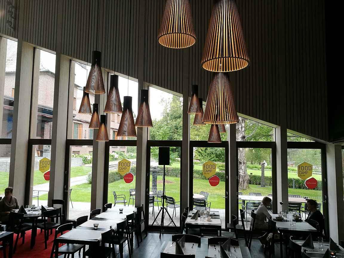 Ravintola Gösta on upeassa paviljonki -rakennuksessa.
