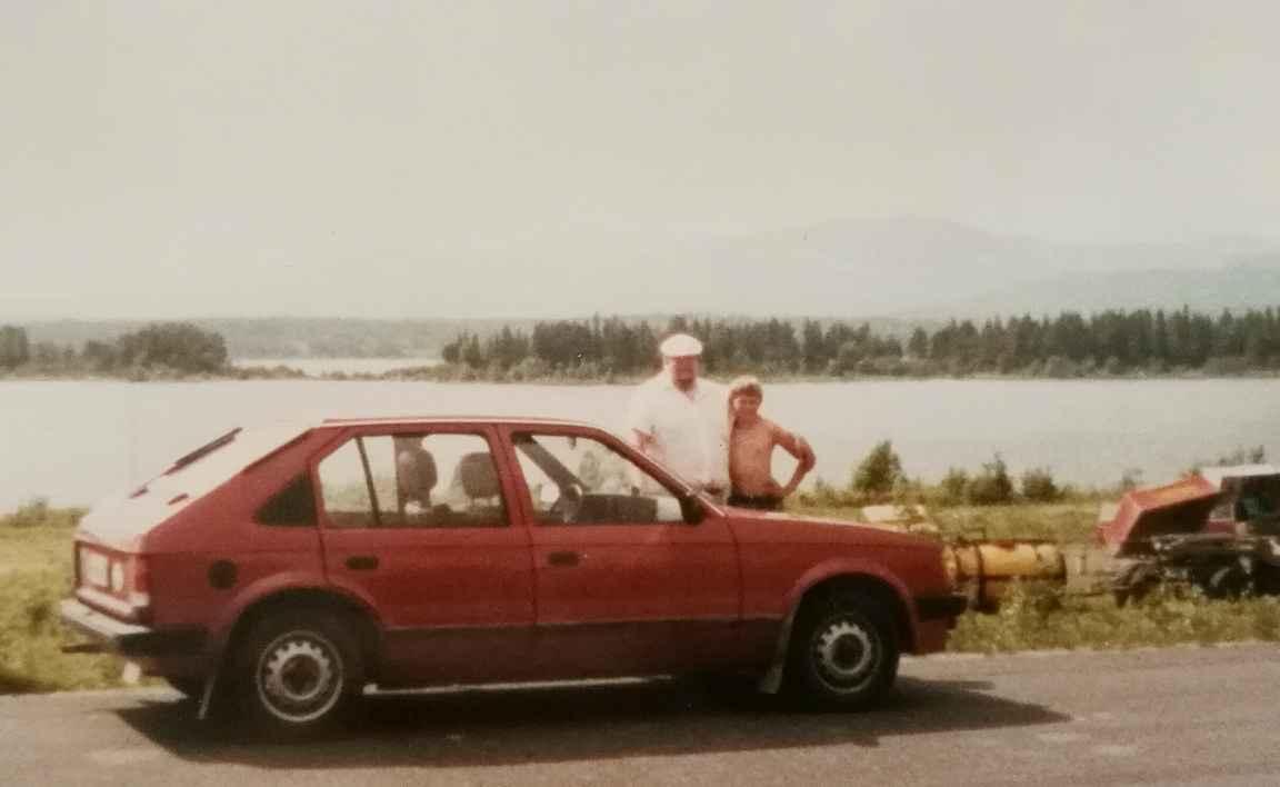 Autoreissu isän kanssa Norjaan ja Ruotsiin. Taukopaikalla taustalla Uumajanjoki.