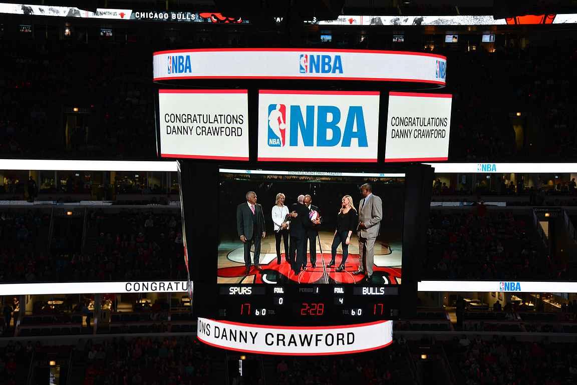 Loistavan uran NBA-urana tehnyt Danny Crawford palkittiin mainoskatkon aikana.