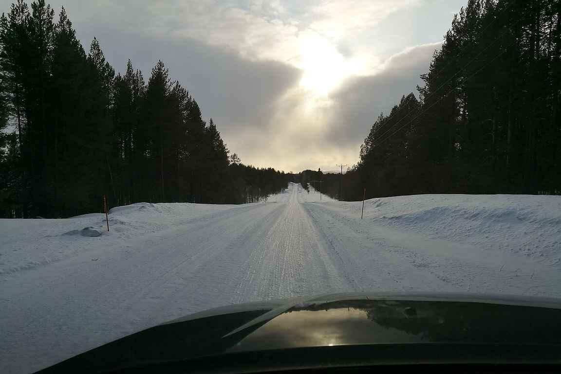 Auton nokka on käännetty kohti Riisitunturia, jonne matka taittui talvisissa olosuhteissa.