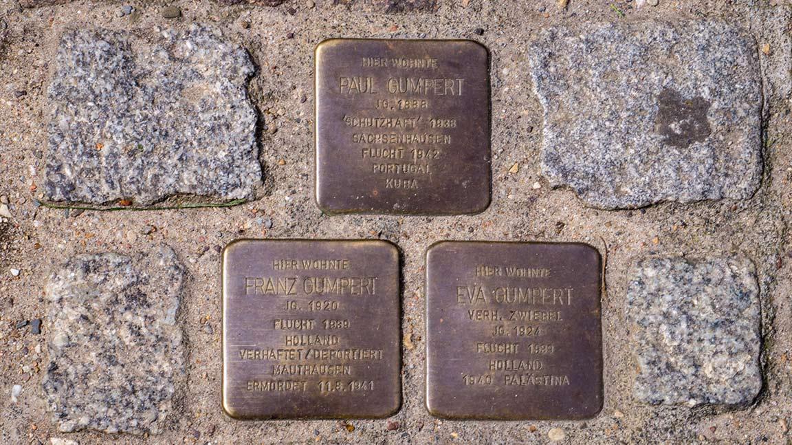 Holokaustin muistolaattoja löytyy kaikkialta.