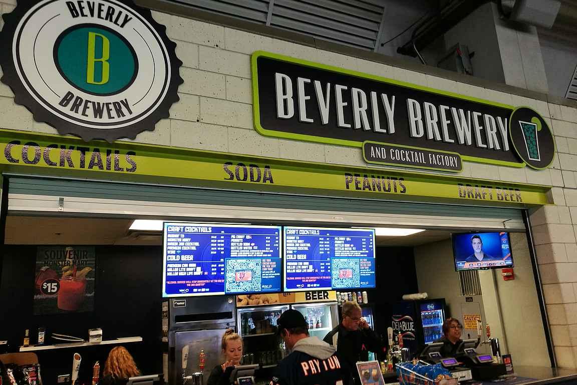 Ruoka- ja juomapisteitä löytyy vieri vieressä ympäri stadionia.
