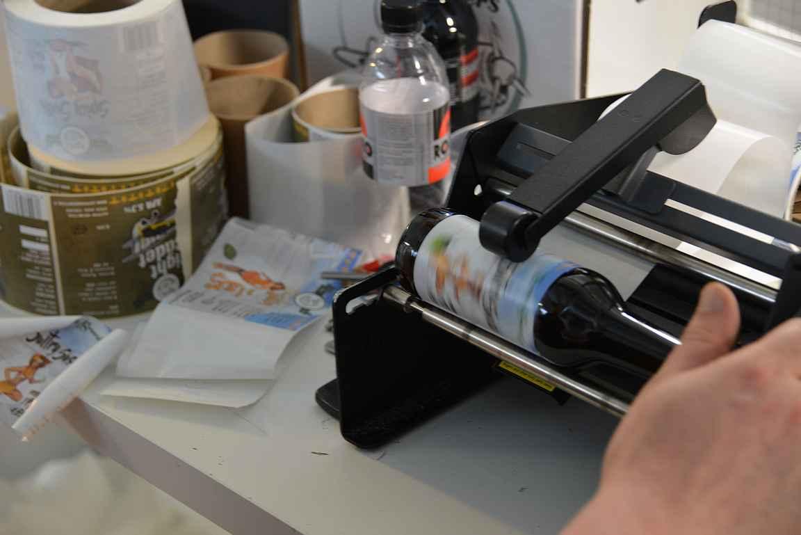 Etikettien laitto pienpanimoissa ei ole täysin automatisoitua.