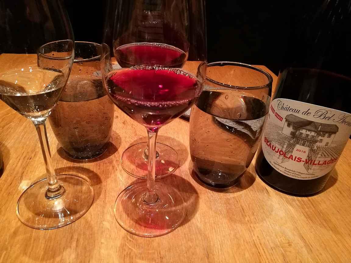Palvelu oli erinomaista ja taustatyö viinien suhteen oli tehty huolella.
