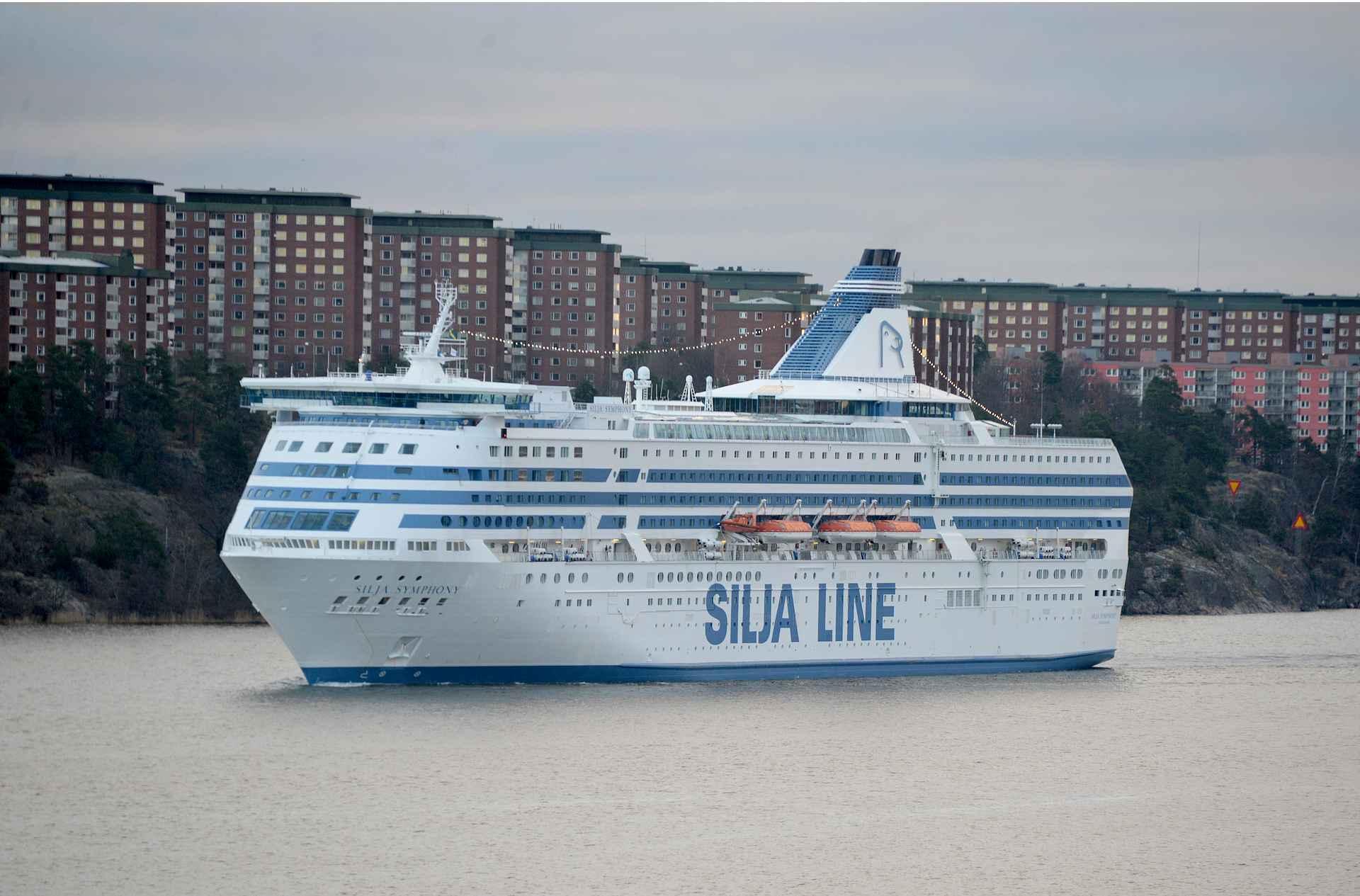 Hotellihuoneen ikkunasta katseltiin Silja Symphonyn tuloa satamaan. Onkohan laivalla tuttuja?