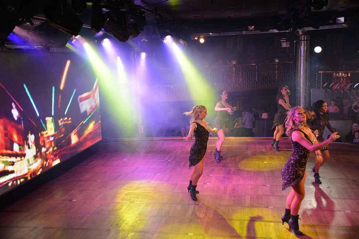 Yllätyin, kuinka korkeatasoisia laivan esitykset olivat. Muksutkin viihtyivät alkuillasta tanssiravintolan esityksissä.