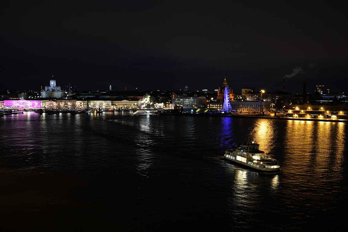 Lähtö Helsingin satamasta kohti Tukholmaa - näky on yhtä upea joka kerta.