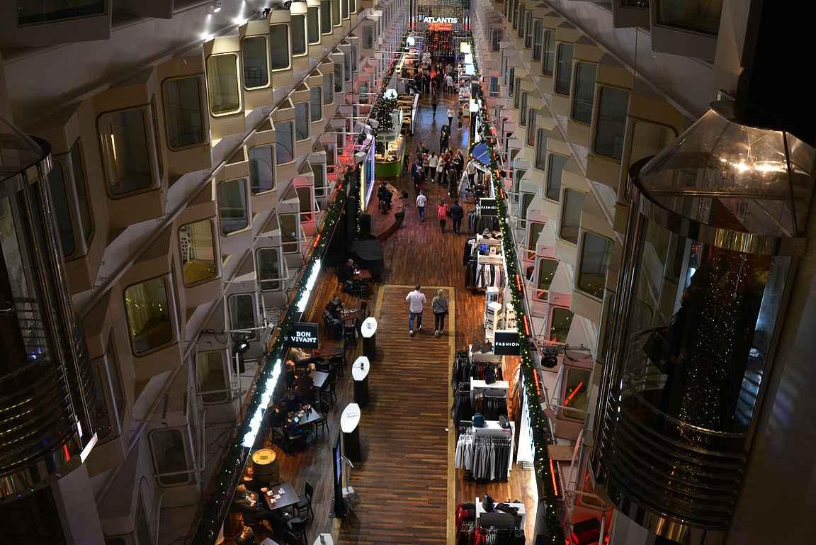 Silja Serenaden ja Silja Symphonyn keskus on promenadi. Tiesitkö, että Silja Line aikoinaan myi promenadin patenttioikeuden Royal Caribbeanille?
